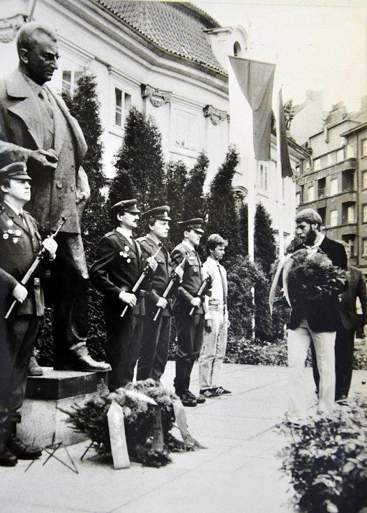 """Nadživotní socha """"prvního dělnického prezidenta"""" Klementa Gottwalda byla v severočeských Teplicích slavnostně odhalena 22. května 1971."""