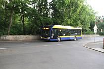 Nový trolejbus v teplických ulicích. Vybavený je baterií, takže dokáže jezdit i tam, kde nejsou natažené troleje.