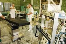 Nový moderní operační stůl v teplické nemocnici.