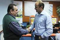SETKÁNÍ PO LETECH. Pavel Verbíř se s Pavlem Pejšou, který byl u jeho převelení z Mělníka do Žatce, setkal na podzim 2011. Tehdy Verbíř novinářům představil čtyřicetiminutový film, který byl o něm natočený.