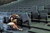 Kino Květen vyměnilo sedačky.
