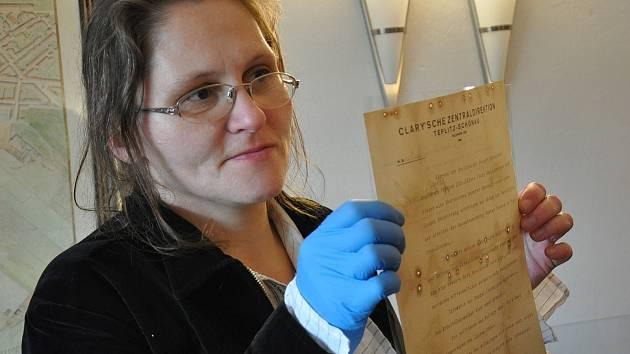 Při opravě střechy Kolostůjových věžiček objevili dělníci dokumenty z roku 1936.