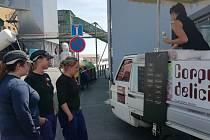 Vedra vdubské sklárně osvěžila zaměstnancům zmrzlina.