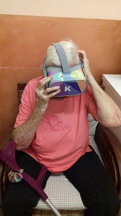 Na výlety do Říma, na pláž, nebo na Šumavu či na hrad Karlštejn se vydali senioři z Dubí. Tamní Seniorcentrum Pohoda se zapojilo do projektu Kaleido, který přináší nevšední zážitky pomocí virtuální reality.