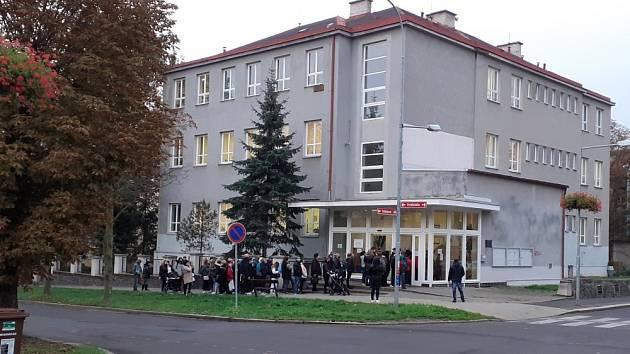 Fronta u teplického pracoviště Úřadu práce kde se vyřizují sociální dávky.