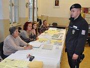 Volby na Teplicku, policista kontroluje volební místnost na Gymnáziu Teplice