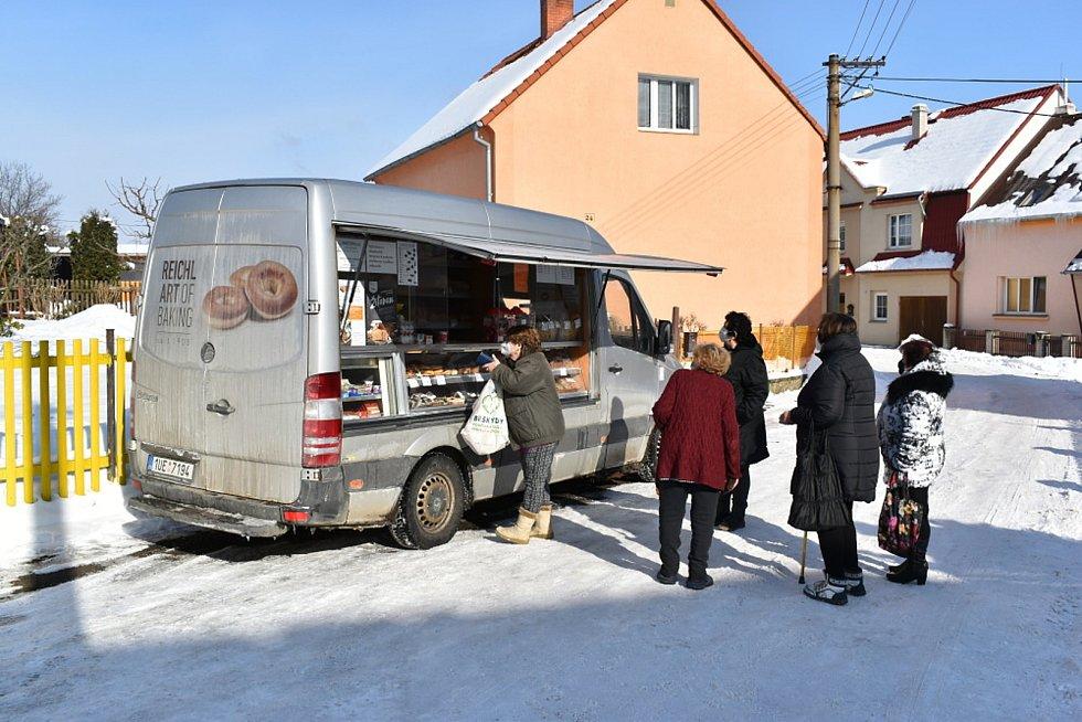 Pojízdná prodejna v Mošnově na Teplicku.