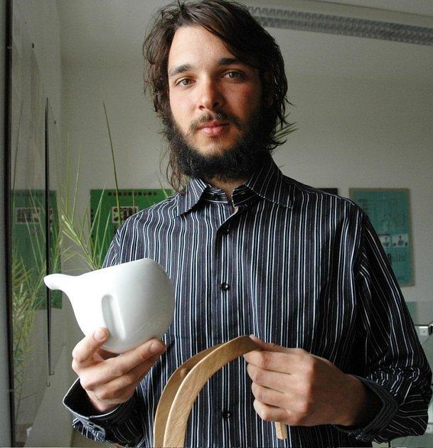Petr Korecký se čajovou konvičkou pro nevidomé