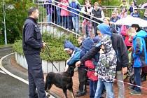 Děti u policie v Proseticích. Viděly službnu strážníků, výcvik psů a také si mohly zastřílet na střelnici.