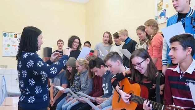 STEJNĚ JAKO V MINULÉM ROCE se žáci Gymnázia a Střední průmyslové školy v Duchcově zapojí do akce Česko zpívá koledy. Pro ty, kteří si chtějí koledy poslechnout, nebo třeba i zazpívat, se škola otevře 14. prosince v 17.45 hodin.