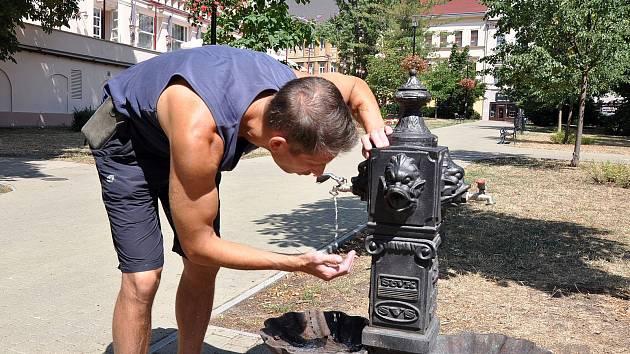 Osvěžení využívají lidé u pítka v Lázeňském parku