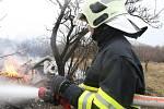 Hasič u požáru chatky, ilustrační foto.