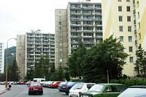 Panelový dům v Oseku se mění postupně na seniorské byty.