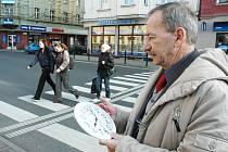 Primátor Teplic Jaroslav Kubera měří rychlost přecházení silnice