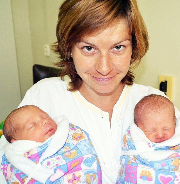 Mamince  Petře Poštové z Mikulova se 1. srpna v 9.55 hod. v teplické porodnici narodila dcera Julie Poštová. Měřila  43 cm a vážila 2,30 kg. V 10.13 hod. se narodila sestřička Lucie Poštová. Měřila 43 cm a vážila 2,20 kg.