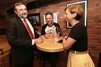 Kanditát Zdeněk Bergman během sčítání hlasů po druhém kole doplňovacích senátních voleb na Teplicku
