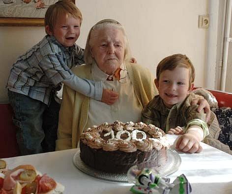 Anna Vidláková z Oseka oslavila v sobotu sté narozeniny. Na fotce je s prapravnoučky Davidem a Filipem.