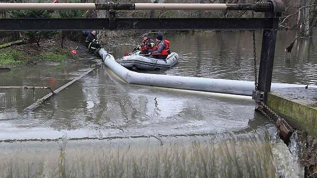 Směs benzínů, která o vánočních svátcích zamořila řeku Bílinu po úniku z Petrochemie v chemickém komplexu v Záluží, ve vodě až tisícinásobně překročila limitní hodnoty přípustné pro znečištění vody.