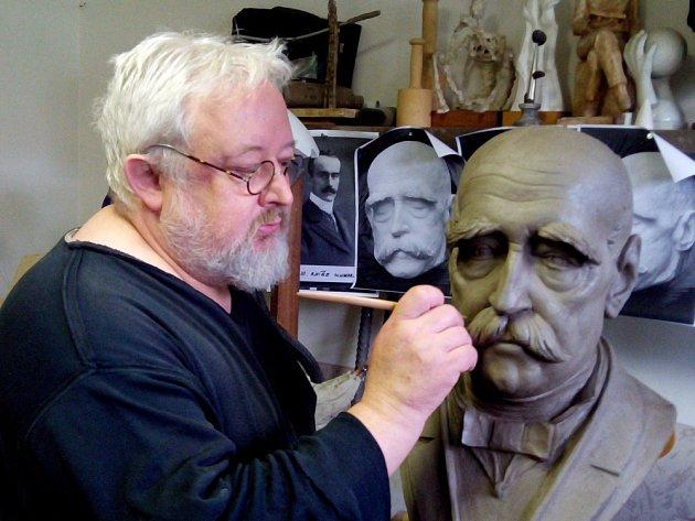 Miroslav Mráček s plecháčkem z porcelánu