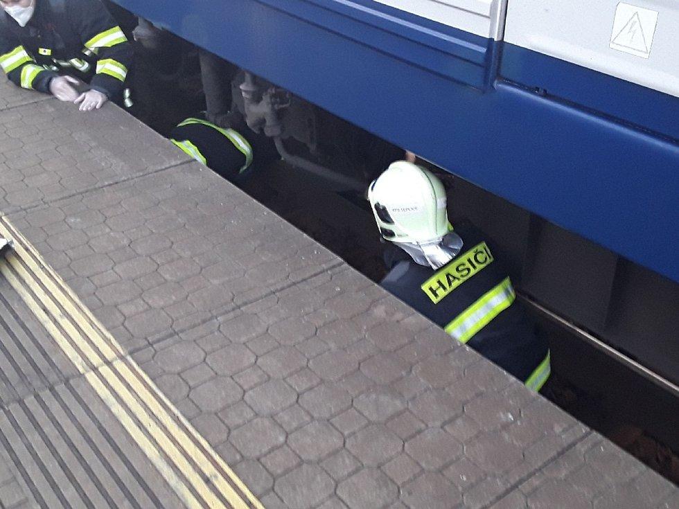 V Teplicích spadl člověk do kolejiště. Při zásahu pomáhali záchranářům hasiči
