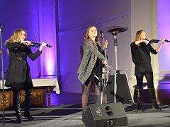 Vystoupení dívčího tria Inflagranti s Pepou Vojtkem, zpěvákem Kabátu