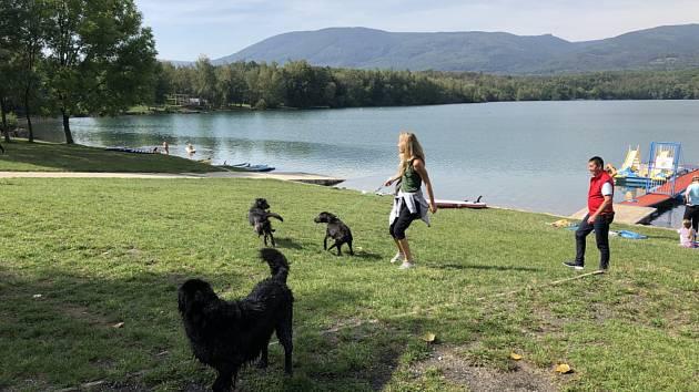 Jezero Barbora v neděli zažilo jednu z posledních skutečně letních koupaček.