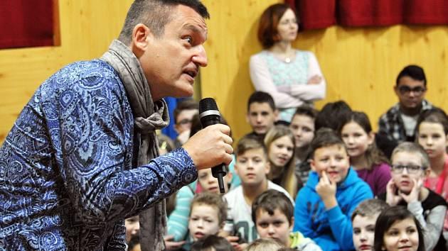 Moderátor, zpěvák a šoumen Vladimír Hron na Základní škole Na Stínadlech v Teplicích.