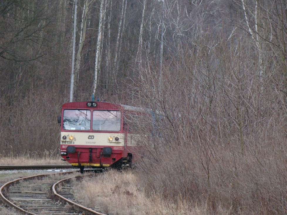 Motorový vůz řady 810, přezdívaný Orchestrion, v železniční stanici Osek - město.