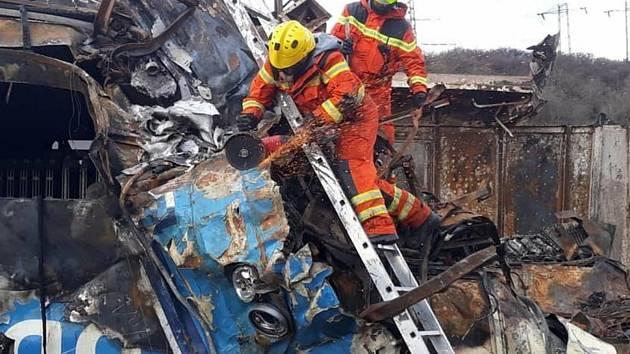 Zásah hasičů u nehody dvou vlaků u Chotějovic, odklízecí práce.