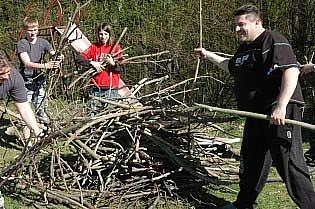Po namáhavé brigádě si bořislavští udělali oheň.