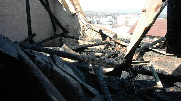 Shořelá střecha domu v ulici Na Hrázi v Teplicích