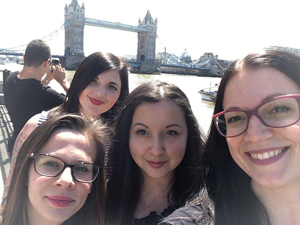 Michaela Hadravová (druhá zleva) se svými kamarádkami na výletě v Londýně, kde v sobotu řádili teroristé.