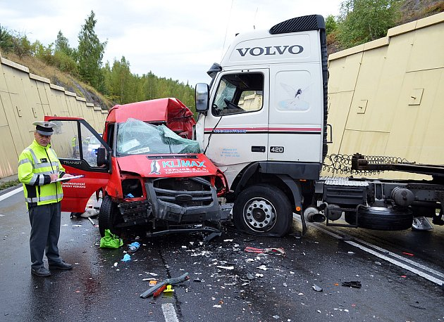 Tragická nehoda u Bžan na E55 (okres Teplice). Zemřel řidič dodávky.