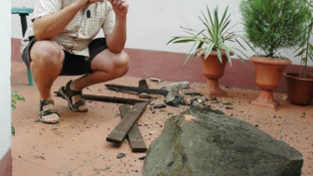 Kousek skály se ulomil a zřítil lidem na zahradu.