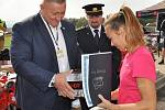 Hasičské dobrovolné sbory napříč krajem dostaly v sobotu dopoledne na městském stadionu v Krupce novou hasičskou techniku.