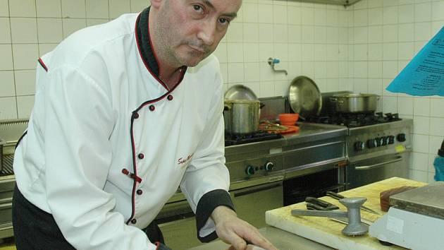 Mistr kuchař Miloslav Šupej při přípravě rybího pokrmu.