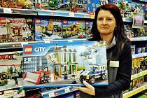 Šárka Matějková, vedoucí směny v prodejně Pompo v teplické Galerii, ukazuje jednu z žádaných stavebnic Lego