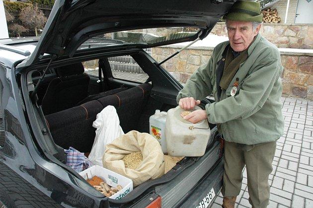 Myslivec Václav Pondělík ukazuje zrní určené jako krmení pro lesní zvěř