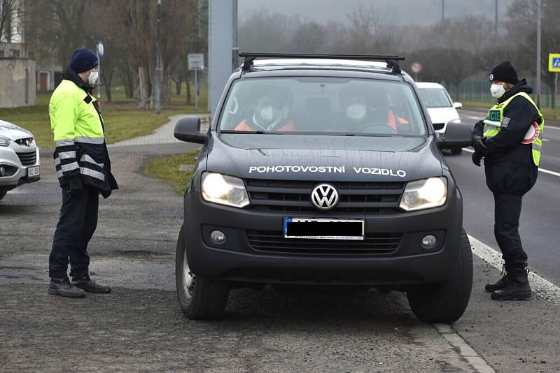 Policejní kontrola na příjezdu z Mostu do Bíliny.