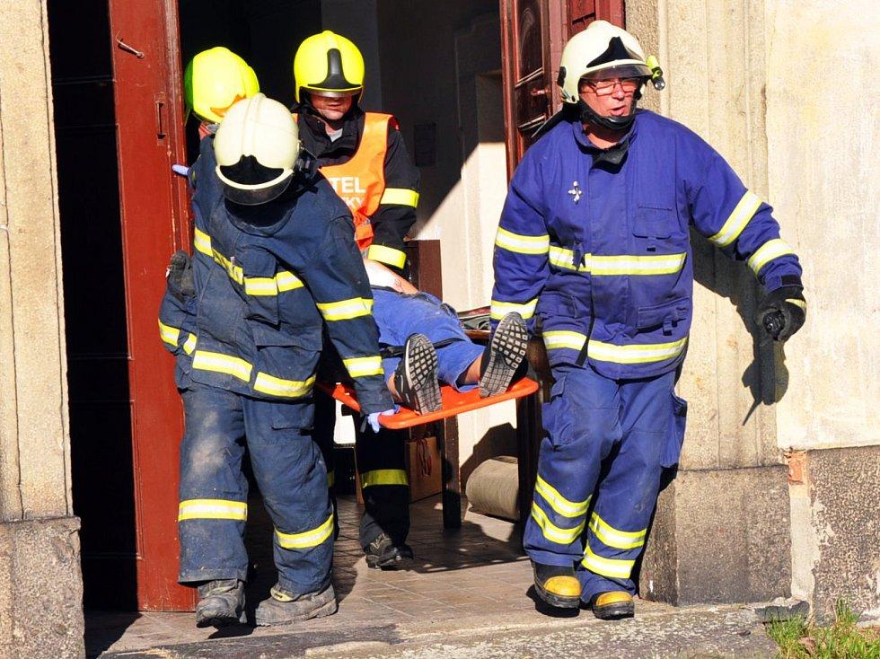 """V kostele svatého Petra a Pavla v Jeníkově včera zasahovali hasiči. Z věže museli snést zraněného člověka. Nešlo o skutečný zásah, ale o cvičení. """"Účastnili se ho dobrovolní hasiči a jednotka profesionálů ze stanice Duchcov,"""" řekl mluvčí krajských hasičů"""