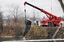 Vyprošťování čtyř potopených osobních automobilů z oprámu Vápenka