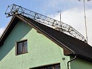 V ulici Prokopa Holého vichřice zlomila stožáz nesoucí antény a položila jej na střechu.