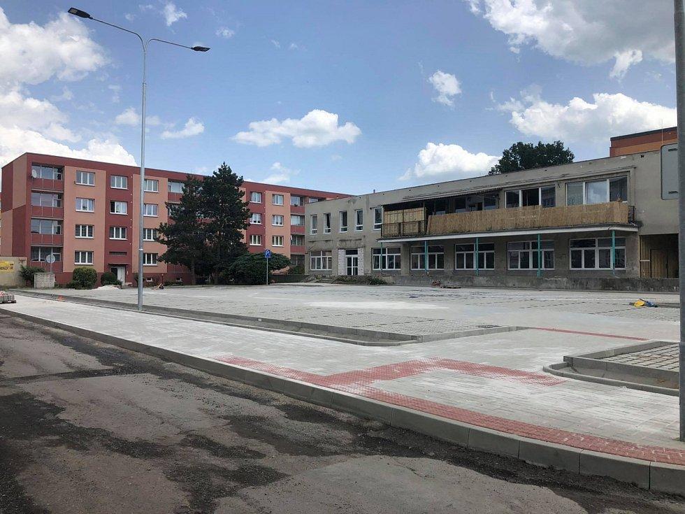 V duchcovské Smetanově ulici finišuje výstavba parkovišť.