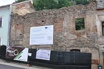 Na horním snímku je stávající ruina domu, kde do dvou let vznikne nové informační centrum.