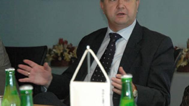 Štěpán Popovič na tiskové konferenci ke změně názvu Glaverbelu na AGC