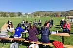 Zastupitelé Hrobčic jednali na fotbalovém hřišti