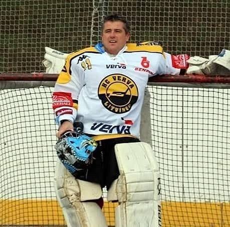 Jaromír Šťásek jako hokejbalový brankář.
