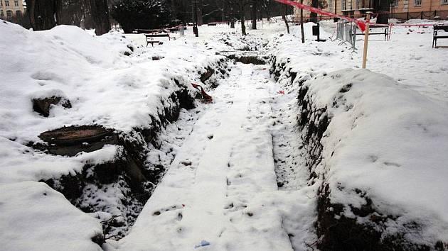 Rozkopaný šanovský park. Měnil se termální řad