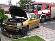 Řidička narazila autem do horní lékárny u Kauflandu v Teplicích.