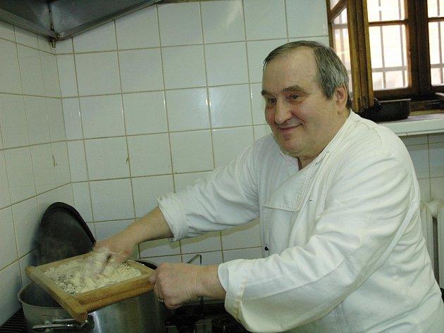 Mistr kuchař Braňo Petrovič z Trenčianských Teplic připravuje halušky.